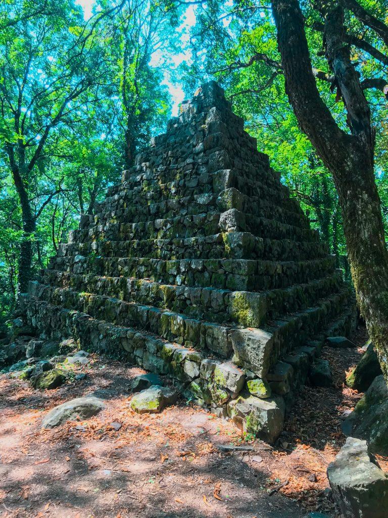 Radicofani tra solito e insolito - Bosco di Isabella, piramide